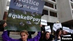 Activistas protestan contra BP frente a la corte de New Orleans donde se lleva a cabo el juicio a la petrolera.