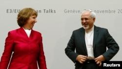 伊朗代表团在日内瓦欧盟总部与国际社会举行两天闭门会谈,这是会议开始前伊朗外长扎里夫(右)与欧盟外交政策主管阿什顿会面。(2013年11月7日)