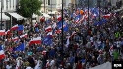 Para pendukung partai oposisi terbesar Polandia, 'Civic Platform' ketika melakukan pawai untuk mendukung Polandia tetap bergabung dengan Uni Eropa (foto: dok).