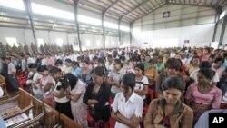 ក្រុមអ្នកទោសភូមាដែលបានដោះលែង ឈរស្តាប់ប្រធានពន្ធនាគារភូមា លោក Zaw Win និយាយនៅក្នុងអាគារ Insein Prison ក្នុងទីក្រុង Rangoon, នៅថ្ងៃទី១៧ខែឧសភាឆ្នាំ ២០១១។