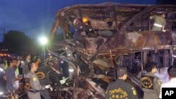 Petugas penyelamat mencari korban tewas di dalam bangkai bus dan truk yang tabrakan di provinsi Saraburi, Thailand. (Foto: AP)