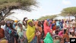 Refugiados e vitimas da fome na Somália impedidos de partir do país pela al-Shabab