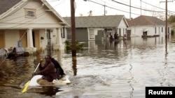 Жители Нового Орлеана вплавь передвигаются по зоне бедствия