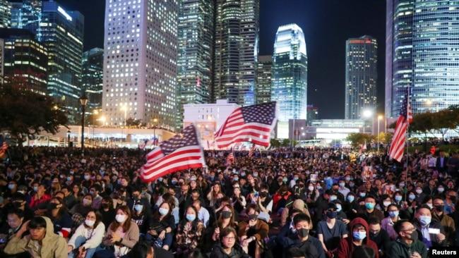 香港民眾匯集在中環愛丁堡廣場揮舞美國國旗舉行感恩節集會。 (2019年11月28日)