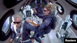 အာကာသယာဥ္အတြင္း ေတြ႔ရတဲ့ Richard Branson နဲ႔ အာကာသယာဥ္အမွဴထမ္းအခ်ဳိ႕။ (ဇူလုိင္ ၁၁၊ ၂၀၂၁)