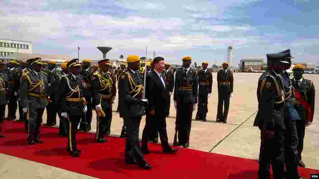 Chinese President Xi Jinping inspects the guard of honour soon after arrival at Harare International Airport. (Photo: Irwin Chifera)