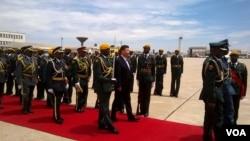 Le president chinois Xi Jinping à son arrivée à l'aéroport de Harare, 1er décembre 2015.