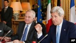 Jean Marc Ayrault et John Kerry, Quai d'Orsay, Paris, le 13 mars 2016. (Gonzalo Fuentes/ Pool Photo via AP)