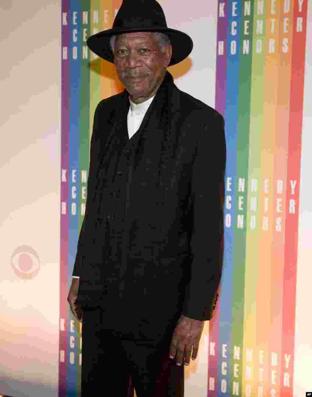 El expremiado del Kennedy Center, el actor Morgan Freeman también asistió invitado al evento.