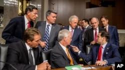 سناتورهای آمریکایی قبل از شروع جلسه پرسش و پاسخ با جان کری، وزیر خارجه، ارنست مونیز وزیر انرژی و جیکوب لو وزیر وزیر خزانه داری آمریکا، در کمیته روابط خارجی سنا