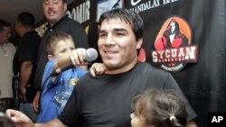 L'Argentin Carlos Baldomir, ancien champion du monde de boxe WBC des welters, au centre, avec ses enfants a Los Angeles, 7 septembre 2006.