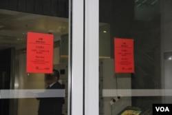 紅色警示令生效時香港立法會入口二門緊閉(美國之音記者申華拍攝)