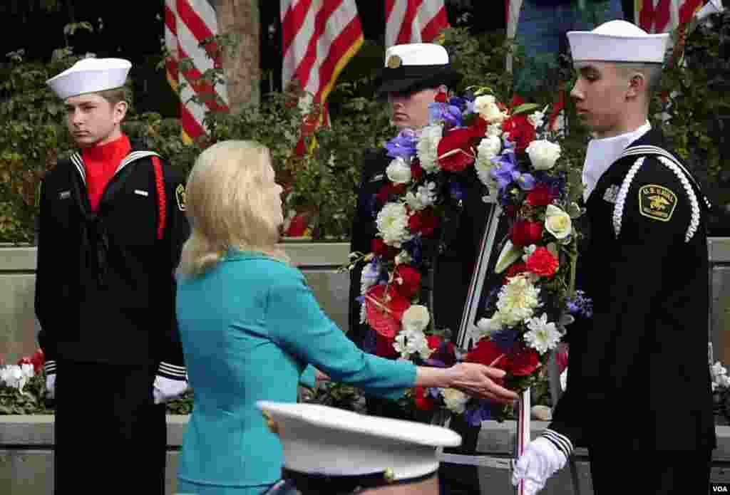 尼克松长女特里西娅献花(美国之音国符拍摄)
