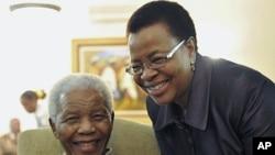 Rais wa zamani wa Afrika Kusini Nelson Mandela na mkewe Graca Machel nyumbani kwake Johannesburg, May 16, 2011.