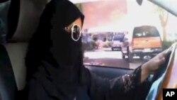 Mwanamke wa kisaudia akiendesha gari mjini Riyadh