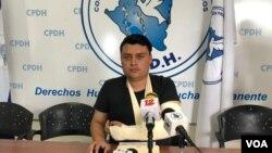 Periodista Armando Amaya, de canal 12, quien denunció ante la Comisión Permanente de Derechos Humanos, que agentes policiales le provocaron una fractura en uno de sus brazos. (Foto Daliana Ocaña).