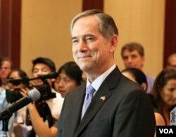 夏千福总领事在香港美国商会演讲(美国之音图片)