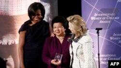 Хиллари Клинтон и Мишель Обама награждают президента Кыргызстана Розу Отунбаеву