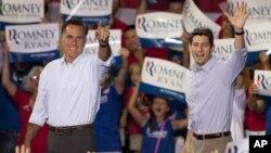 Capres Partai Republik AS, Mitt Romney dan Cawapresnya, Paul Ryan saat kampanye pertama mereka di Institut Teknik NASCAR kota Mooresville, North Carolina (12/8). Hari ini Romney-Ryan akan melakukan kampanye terpisah di Florida dan Iowa.