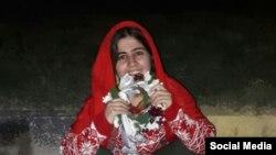عکسی که پس از آزادی اخیر سپیده قلیان در شبکه های اجتماعی منتشر شده است