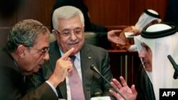 Tổng thống Palestine Mahmoud Abbas (giữa), Ngoại trưởng Qatar Sheik Hamad Bin Jassem (phải), và Tổng Thư ký Liên đoàn Ả Rập Amr Moussa tại hội nghị hòa bình Trung Ðông ở Sirte, Libya, ngày 8 tháng 10, 2010.