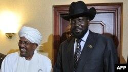 Presiden Sudan Omar al-Bashir (kiri) dan Presiden Sudan Selatan Salva Kiir (kanan) seusai pertemuan di Addis Ababa, Ethiopia (Foto: dok). Kedua presiden sepakat menegakkan zona perbatasan bebas militer dan melanjutkan ekspor minyak dalam upaya menyelesaikan sengketa dua negara.