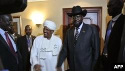 Rais wa Sudan Omar al-Bashir akipeana mkono na Rais wa Sudan Kusini Salva Kiir mjini Addis Ababa.