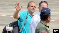 Former ELN rebels hostage Canadian Jernoc Wobert waves upon his arrival to Barrancabermeja's airport, Colombia, Aug. 27, 2013.