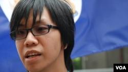 發起揮舞港英旗幟示威的陳梓進認為,香港主權移交中國前,社會較尊重法治、自由