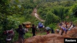 مسلمانان روهینگیا در حال ترک میانمار و فرار به بنگلادش