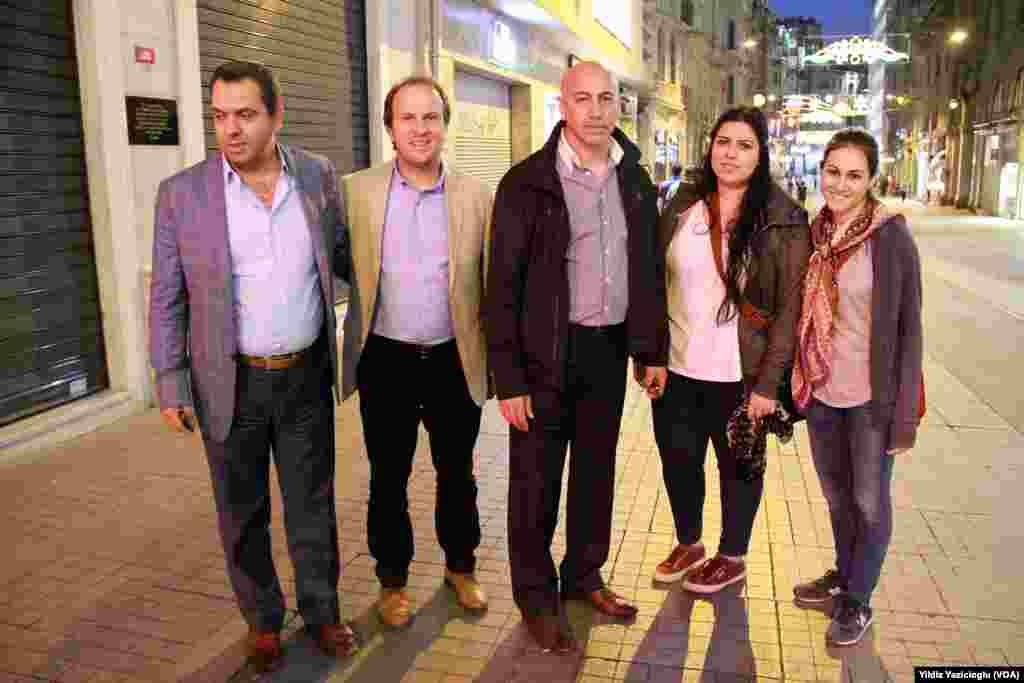 CHP İzmir Milletvekili Erdal Aksünger gibi çok sayıda muhalefet partilerine mensup milletvekilleri de gün boyunca İstanbul'daydı. Aksünger, Amerika'nın Sesi'ne saat 21.00'de yaptığı açıklamada, İstiklal Caddesi'nin Galata tarafındaki bitimindeki polis barikatından kendi kızı ile yanındaki arkadaşını kurtardığını söyledi. Beraberindeki CHP yöneticileriyle birlikte Amerika'nın Sesi objektifine gülümseyen Aksünger, Taksim'e doğru ilerleyerek diğer vekillere katıldı.