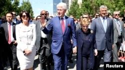 Bivši predsednik SAD Bil Klinton, bivša državna sekretarka Medlin Olbrajt sa predsednikom Kosova Hašimom Tačijem i bivšom predsednicom Atifete Jahjagom, 12. juna 2019.