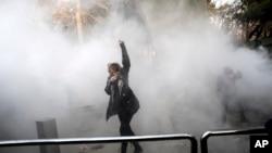 این تصویر از اعتراضات دانشجویی دانشگاه تهران به یکی از نمادهای اعتراضات دی ماه تبدیل شد