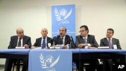 Nhà lãnh đạo của nhóm đối lập được phương Tây hậu thuẫn Ahmad Al-Jarba (giữa) nói chuyện tại một cuộc họp báo