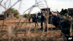 French and Malian troops man a checkpoint at the entrance of Gao, northern Mali, Feb. 11, 2013.
