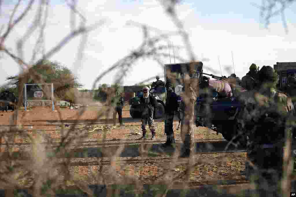 2013年2月11日,法国和马里部队守卫在马里北部加奥城入口的一处检查哨卡。