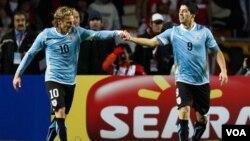 Forlán continúa sumando minutos sin anotar con su selección pero fue el responsable de iniciar la jugada que terminó perfectamente Luis Suárez para anotar el primer gol.