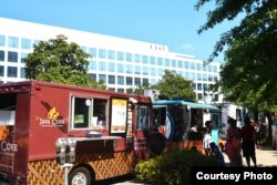 Java Cove food truck saat melayani pelanggan di L'enfant Plaza, Washington, D.C. (dok: VOA)