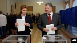 Президент Украины Петр Порошенко и его супруга Мария голосуют на выборах. Украина. 25 октября 2015 г.