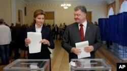 Президент Петр Порошенко и его жена Мария голосуют на выборах. Украина. 25 октября 2015 г.