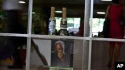 """El Consejo de Ministros de Cuba cuestionó duramente el """"supuesto 'homenaje'"""" de los perfumes a Hugo Chávez y Ernesto Guevara."""