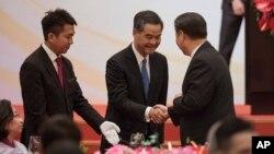 中國國家主席習近平與香港前特首梁振英握手。(2017年6月30日)