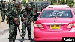 태국 군부가 20일 계엄령을 선포한 가운데, 군인들이 반정부 시위 현장 주변에서 차량을 검문하고 있다.