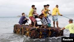 Passageiros usam meios alternativos após o seu barco ter afundado, 22 de Dezembro, 2017.