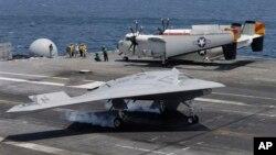 El drone X-47B al momento de aterrizar sobre el portaaviones George H,W. Bush.