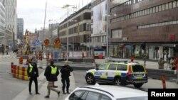 Oficiales de policía suecos vigilan en centro de Estocolmo.