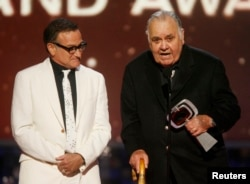 Actor and comedian Robin Williams (L) waits while comedian Jonathan Winters accepts the Pioneer Award at the taping of the 6th annual TV Land Awards in Santa Monica, California, June 8, 2008.