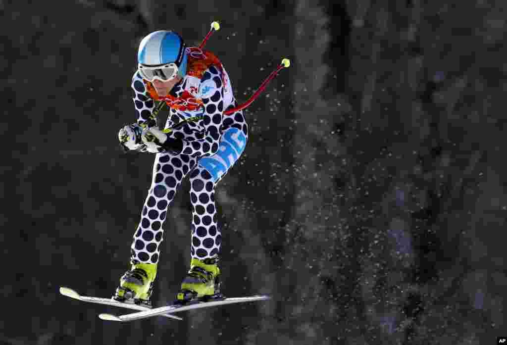 12일 여자 스키 활강 경기에 출전한 아르헨티나의 마카레나 시마리 비르크너 선수가 점프를 하고 있다.