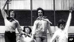 1967년, 영국 런던 EMI 하우스에서 포즈를 취하고 있는 핑크 플로이드(Pink Floyd). 왼쪽부터 로저 워터스(Roger Waters), 닉 메이슨(Nick Mason), 시드 배릿(Syd Barrett), 리처드 라이트(Richard Wright)