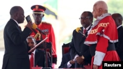Le nouveau président tanzanien John Magufuli (g.) prête serment, le 5 novembre 2015. (REUTERS/Emmanuel Herman)